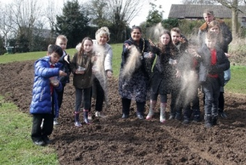 Children from Hollywell Primary School join Mayor of the Borough of Broxtowe, Councillor Halimah Khaled MBE, Anna Soubry MP, Chair of Leisure and Environment Councillor Shane Easom and Deputy Leader Councillor Mel Crow to sow poppy seeds.