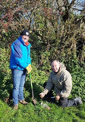 L – R Volunteers Martin Critchley and Robert Staley plant bluebells at Watnall Green